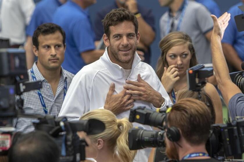 El tenista argentino Juan Martín del Potro saluda a su llegada a una rueda de prensa sobre el Abierto de Tenis de EE.UU. celebrada hoy, viernes 24 de agosto de 2018, en el estadio Armstrong en Flushing Meadows, Nueva York (EE.UU.). EFE