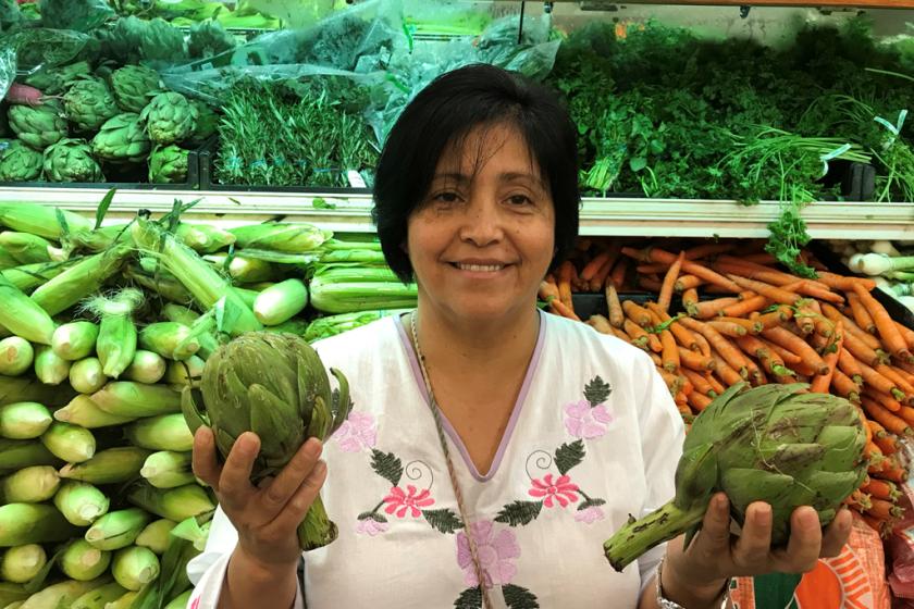 Rebeca González, de Garden Grove, California, creció en México comiendo alcachofas, pero el precio prohibitivo en este lado de la frontera hizo que no pudiera comprarlas para su familia, hasta hace poco. Ahora recibe $40 adicionales en sus cupones de alimentos para comprar productos saludables. (Courtney Perkes para KHN)