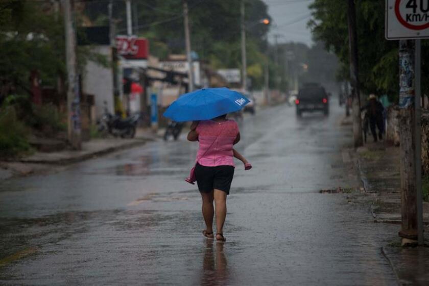 Las intensas lluvias que dejó a su paso la tormenta tropical Earl por el estado mexicano de Veracruz dejó hoy tres personas muertas, integrantes de una sola familia, y tres heridos.