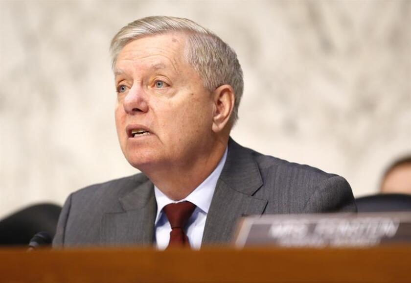 El senador republicano Lindsey Graham realiza una pregunta al nominado a fiscal general de EE.UU., William Barr (no aparece en la fotografía), durante una comparecencia ante el Senado para su confirmación en el cargo en el Capitolio, Washington D.C (Estados Unidos), el 15 de enero de 2019. EFE/Archivo