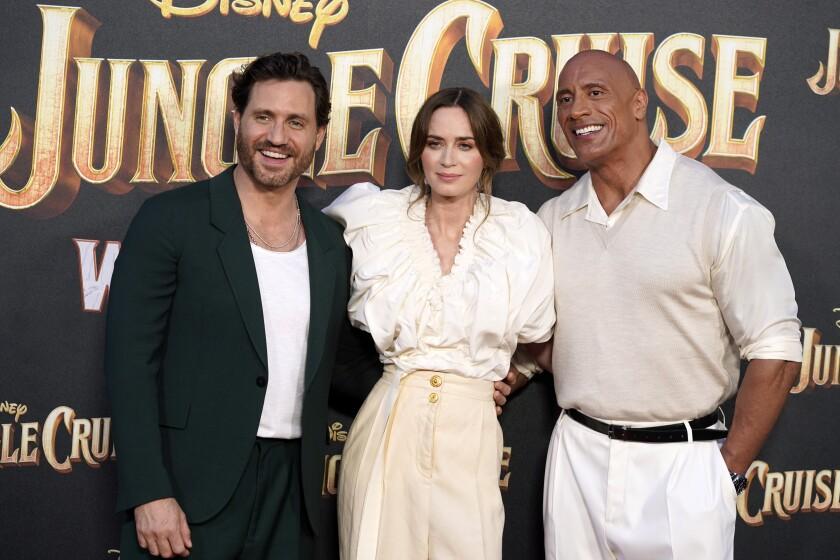 """De izquierda a derecha, Édgar Ramírez, Emily Blunt y Dwayne Johnson, miembros del elenco de """"Jungle Cruise"""""""