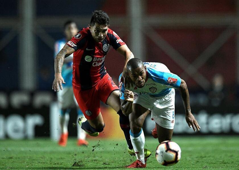 Víctor Salazar (i) de San Lorenzo disputa un balón con Fredy Hinestroza (d) de Junior este miércoles, en un partido del grupo F de la Copa Libertadores entre San Lorenzo y Atlético Junior, en el estadio Pedro Bidegain en Buenos Aires (Argentina). EFE