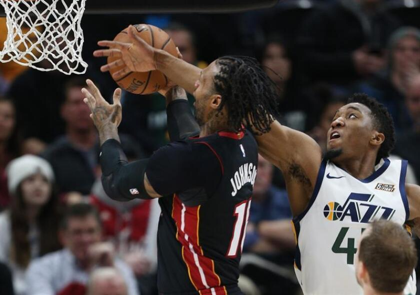 Donovan Mitchell (d) de Utah Jazz en acción ante James Johnson (i) de Miami Heat hoy durante un partido de la NBA, entre Utah Jazz y Miami Heat, en el Vivint Smart Home Arena de Utah (EE.UU.). EFE