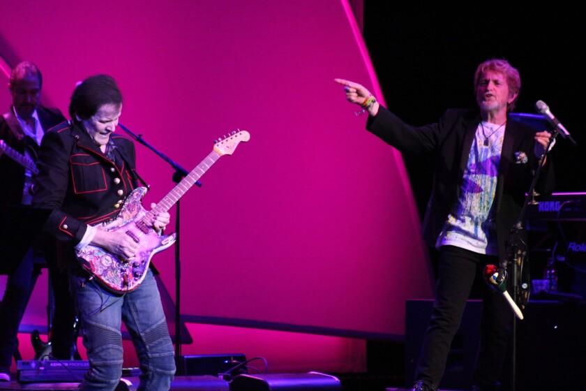 A la izq., el guitarrista Trevor Rabin, y a la der., el vocalista Jon Anderson, durante la presentación de The Grove en Anaheim que se dedicó a repasar algunos de los mejores temas de la banda progresiva Yes.