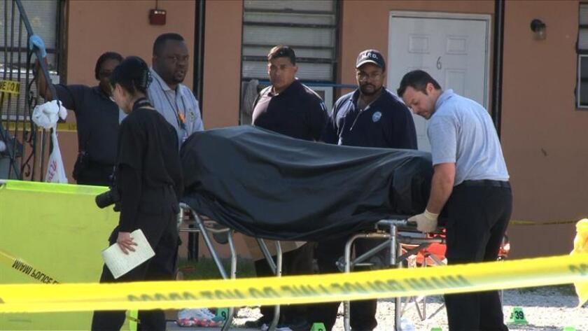 Un hombre de Delray Beach mató hoy a tiros a su esposa y a la hermana de ésta, y posteriormente se quitó la vida de un disparo en el patio trasero de la vivienda, informaron portavoces policiales de esta localidad del sur de Florida. EFE/Archivo