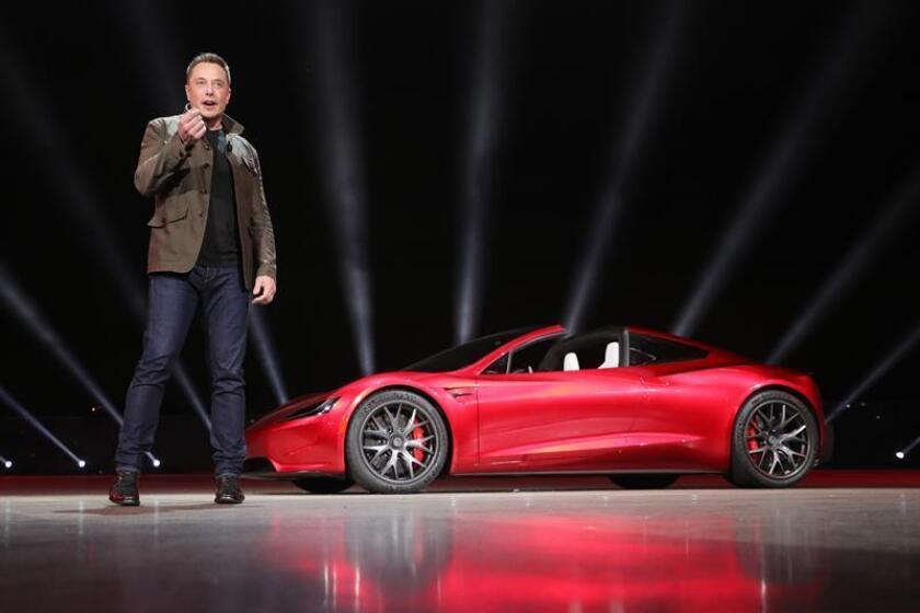 Fotografía facilitada por Tesla que muestra al fundador de la compañía, Elon Musk, durante la presentación del nuevo deportivo eléctrico Roadster en Los Ángeles (Estados Unidos). EFE/ Tesla Handout SÓLO USO EDITORIAL, NO VENTAS