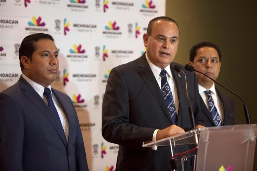En la imagen, el fiscal del estado de Michoacán (México), Martín Godoy (c). EFE/Archivo