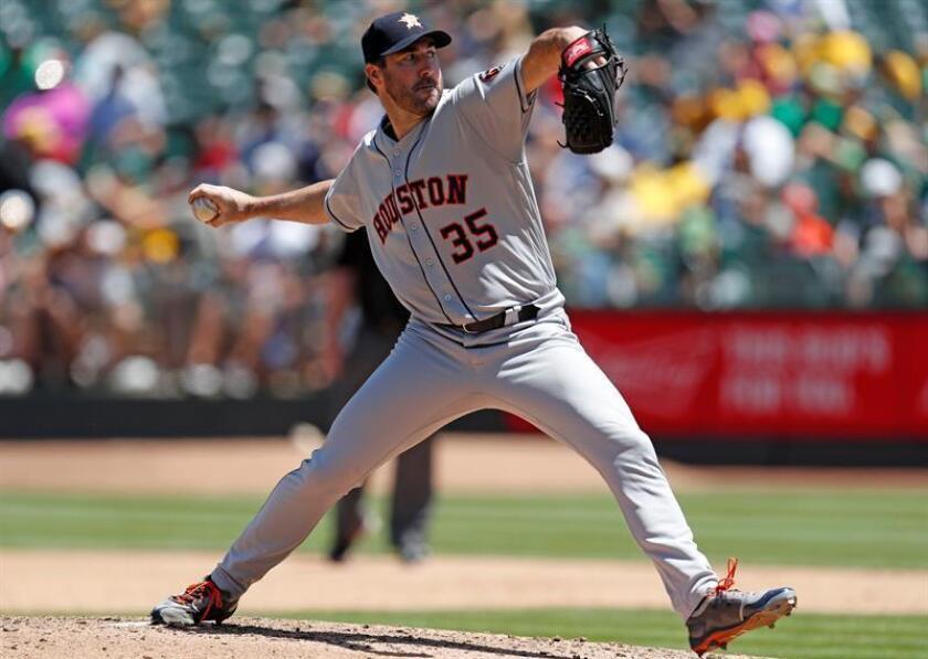 Justin Verlander de los Astros de Houston en acción hoy, jueves 14 de junio de 2018, durante un juego de las Grandes Ligas de Béisbol (MLB) disputado entre los Astros de Houston y los Atléticos de Oakland, en Oakland, California (EE.UU.). EFE