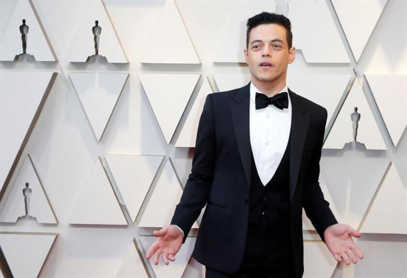 El actor Rami Malek posa a su llegada a la alfombra roja de los Premios Óscar, este domingo, en Hollywood, California (Estados Unidos). EFE