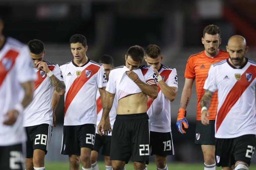 Jugadores de River Plate se retiran de la cancha luego de empatar con Palestino durante un partido por la fase de grupos de la Copa Libertadores entre el River Plate argentino y el Club Deportivo Palestino de Chile, en el estadio Monumental de Buenos Aires (Argentina). EFE