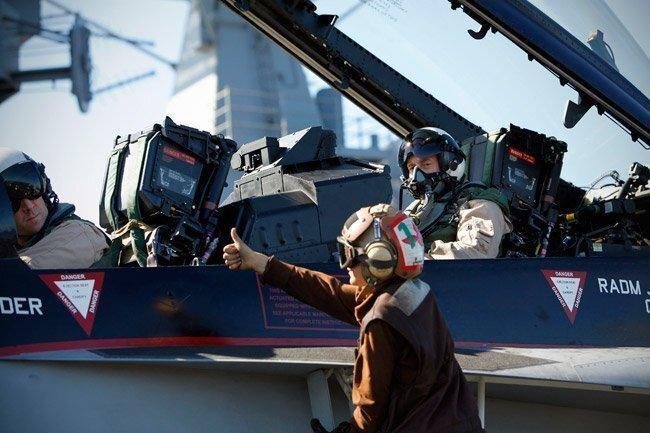 Petraeus visits the carrier Nimitz