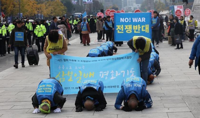 Manifestantes protestan ante la embajada de los Estados Unidos en Seúl (Corea del Sur) este 6 de noviembre, en contra de la visita del presidente de los EEUU, Donald Trump. EFE