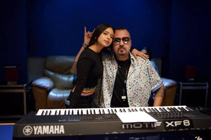 Ángela Aguilar al lado de su padre Pepe en el estudio de grabación.