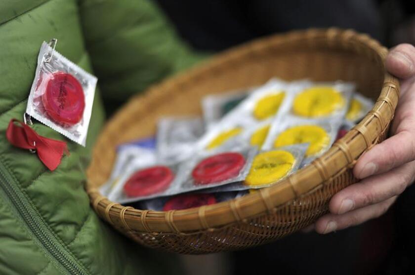 Las autoridades sanitarias del país advirtieron sobre los riesgos de la práctica cada vez más difundida de lavar los preservativos para ser reutilizados e insistió en la necesidad de un uso único. EFE/ARCHIVO