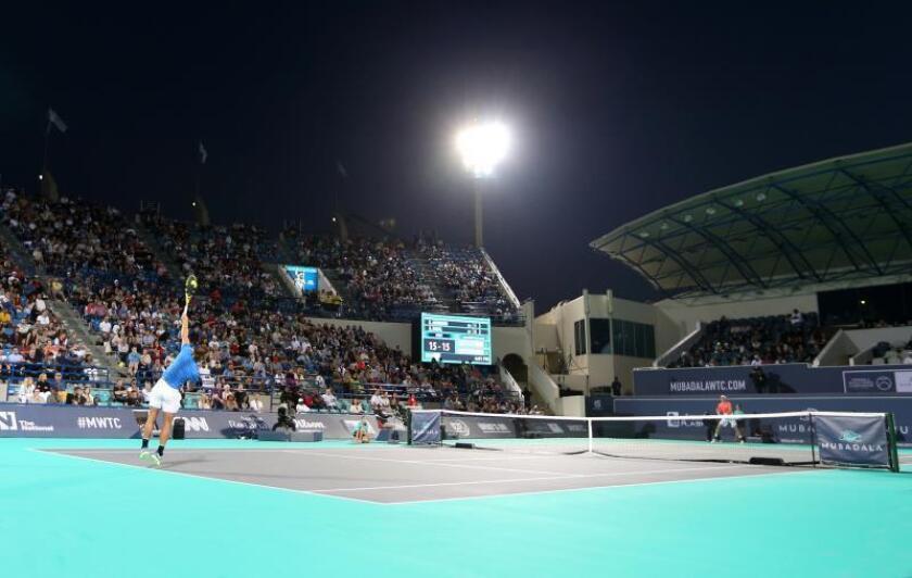 El tenista español Rafael Nadal (izda) sirve la bola al sudafricano Kevin Anderson, durante la semifinal del torneo de exhibición Mubadala de Abu Dabi, Emiratos Árabes Unidos. EFE