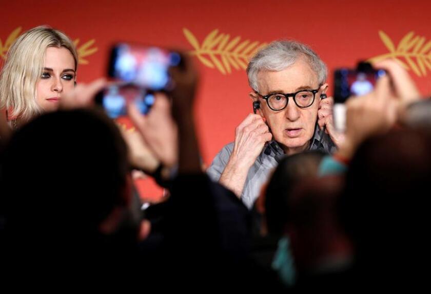 """El director estadounidense Woody Allen (d) y la actriz Kristen Stewart (i) ofrecen una rueda de prensa durante la presentación de su película """"Cafe Society"""" en el Festival de Cine Internacional de Cannes (Francia) el 11 de mayo de 2016. EFE/Archivo"""