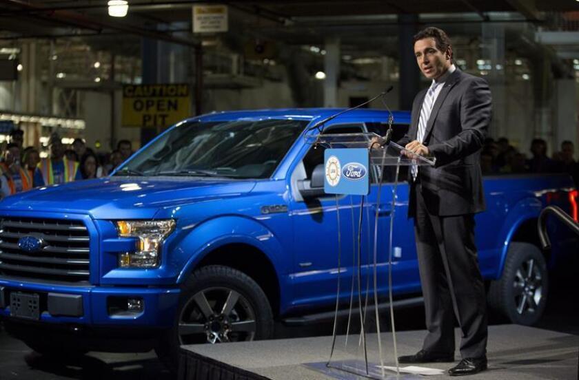 """El presidente y CEO de la compañía estadounidense Ford Motor, Mark Fields, habla en una planta en Dearborn, Michigan (EEUU), donde Ford ha empezado a producir la esperada nueva generación de la camioneta """"pickup"""" F-150. EFE/Archivo"""
