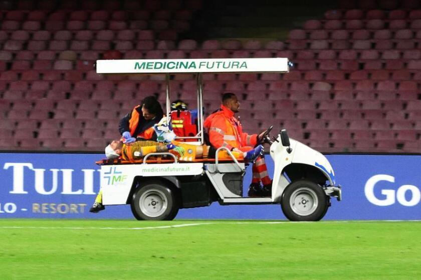El portero colombiano del Nápoles David Ospina (I) es retirado en camilla tras desmayarse en el terreno de juego durante el partido que han jugado SSC Napoli y Udinese Calcio en San Paolo stadium en Nápoles, Italia. EFE/EPA