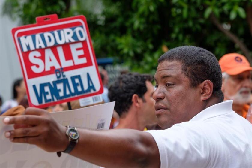 El presidente de Venezolanos Perseguidos Políticos en el Exilio (Veppex), José Antonio Colina, organiza a los protestantes durante una manifestación. EFE/Archivo