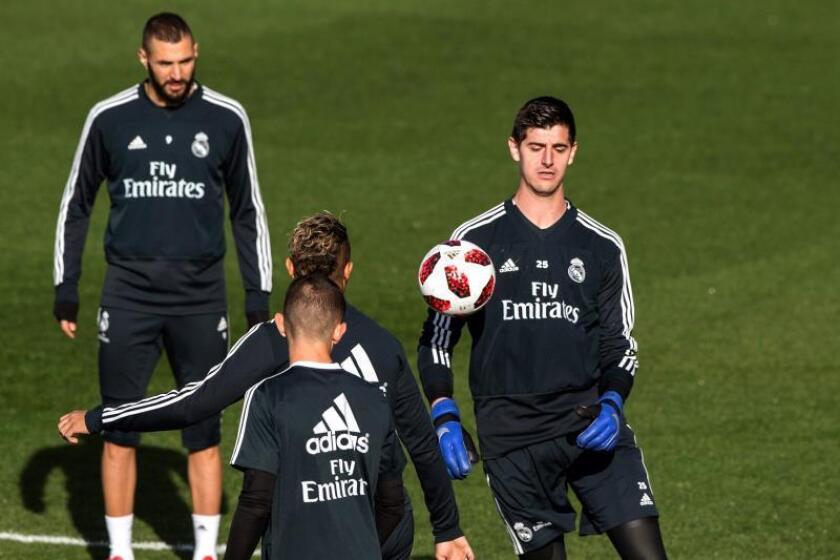 Los jugadores del Real Madrid Thibaut Courtois (d) y Karim Benzema (i), durante un entrenamiento. EFE/Archivo