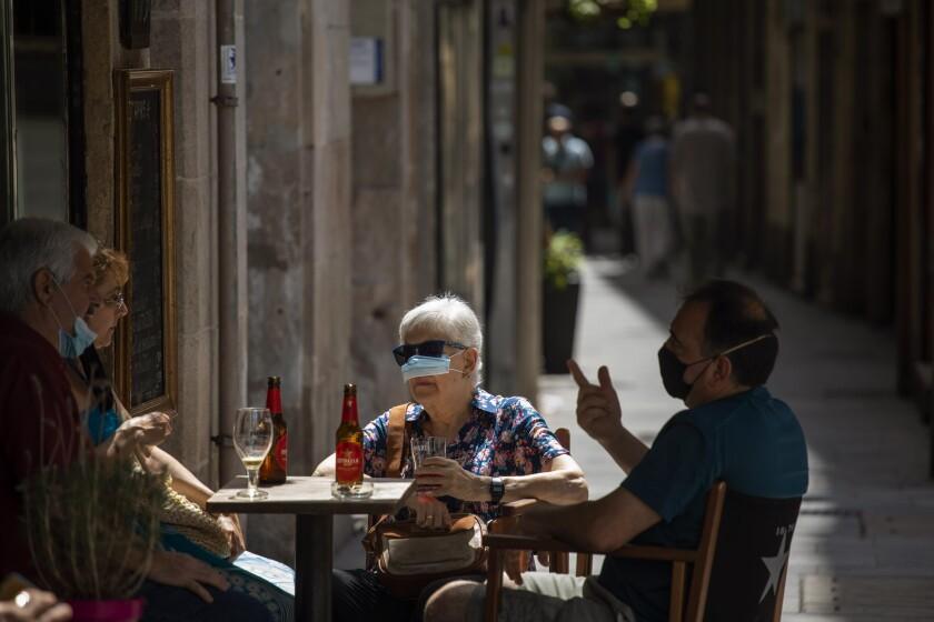 Un grupo de personas usando mascarillas para prevenir el coronavirus en Barcelona, España