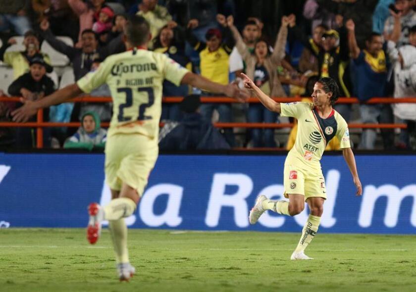 Diego Lainez (d), del América, fue registrado este sábado al celebrar un gol que le anotó al Pachuca, durante un partido correspondiente a la tercera jornada del Torneo Apertura del fútbol mexicano, en el estadio Hidalgo de Pachuca. EFE
