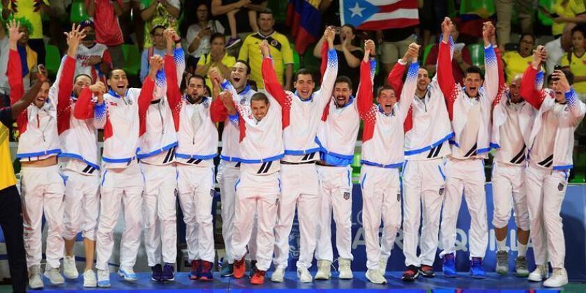 Imagen del jueves 2 de agosto de 2018, jugadores de Puerto Rico celebran al ganar la medalla de oro en la final de voleibol entre Colombia y Puerto Rico en los XXIII Juegos Centroamericanos y del Caribe 2018 en Barranquilla (Colombia). EFE/ARCHIVO