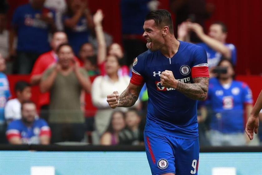 Milton Caraglio, del Cruz Azul, fue registrado esté sábado al festejar un gol que le marcó al León de Guanajuato, durante un partido de la quinta jornada del Torneo Apertura de la Liga MX, en el estadio Azteca de Ciudad de México (México). EFE