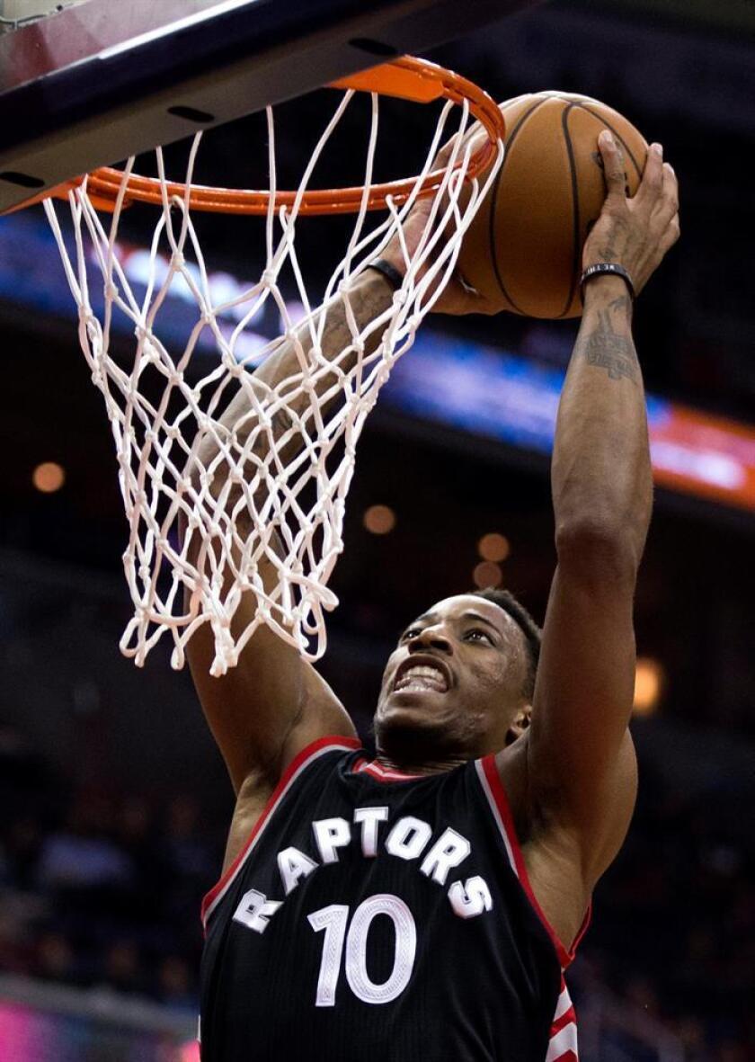 DeMar DeRozan de Raptors encesta contra Wizards el 02 de noviembre de 2016, durante su partido de la NBA en el Verizon Center en Washington DC. (EE.UU.). EFE