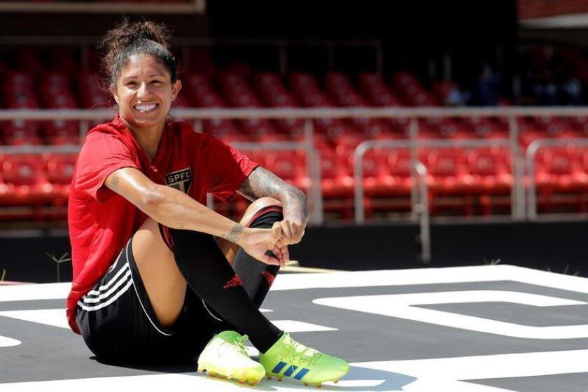 La jugadora de fútbol Cristiane (c) posa en entrevista con Efe, durante un entrenamiento con su nuevo equipo este martes, en la ciudad de Sao Paulo (Brasil). EFE
