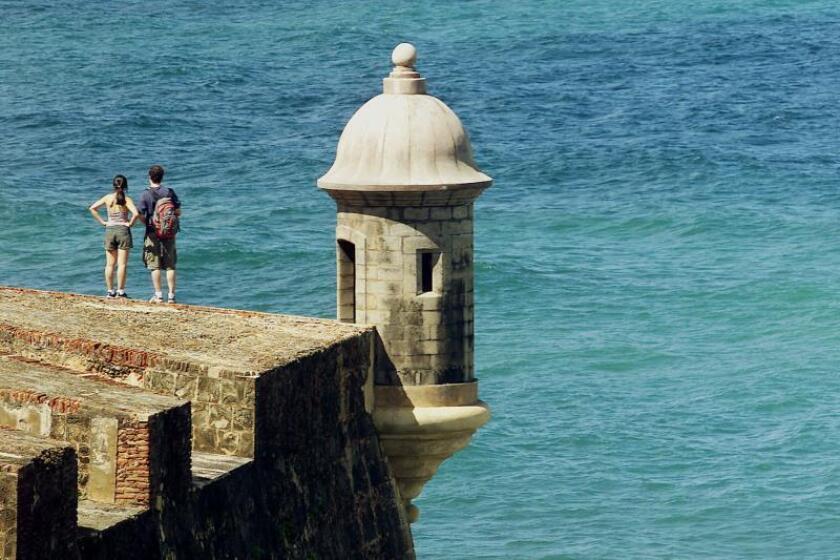 Turistas visitan la fortificación española de San Felipe del Morro de la ciudad amurallada de San Juan, Puerto Rico. EFE/Archivo