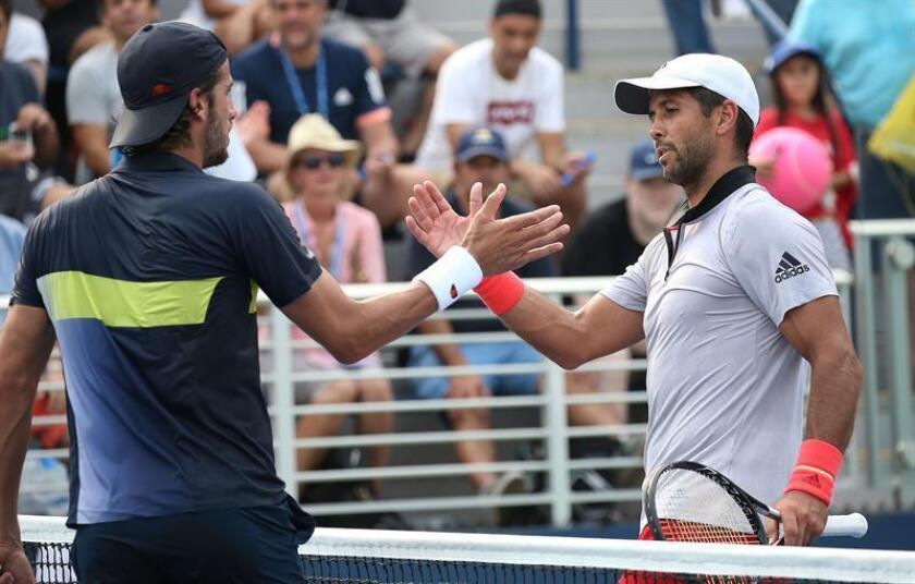 Los tenistas españoles Feliciano Lopez (i) y Fernando Verdasco se saludan al finalizar su juego de la primera ronda del Abierto de Estados Unidos hoy, lunes 27 de agosto de 2018, en el USTA National Tennis Center, en Flushing Meadows, Nueva York (EE.UU.). EFE