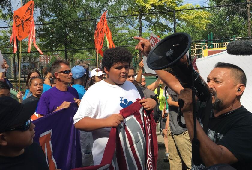 Inmigrantes y activistas marchan en Capitolo Park el primer día de la Convención Nacional Demócrata en Filadelfia, lunes 25 de julio de 2016. Los manifestantes marcharon hacia el ayuntamiento para exigir el fin de las deportaciones y las detenciones de madres y niños centroamericanos. (AP Foto/Claudia Torrens)