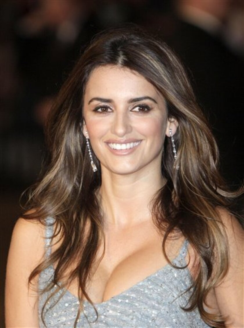 Spanish actress Penelope Cruz poses for the photographers prior to the world premiere of her latest film 'Nine' in central London,Thursday Dec. 3, 2009. (AP Photo/Lefteris Pitarakis)