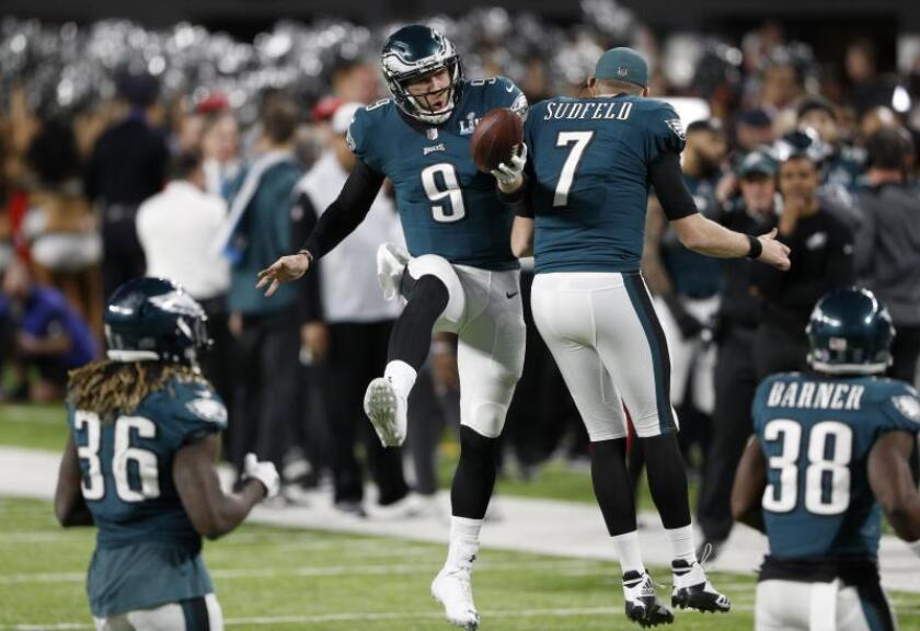 Philadelphia Eagles quarterback Nick Foles (L) celebrates with Philadelphia Eagles quarterback Nate Sudfeld after a touchdown during the second quarter of Super Bowl LII at US Bank Stadium in Minneapolis, Minnesota, USA. EFE/EPA/JUSTIN LANE/ARCHIVO
