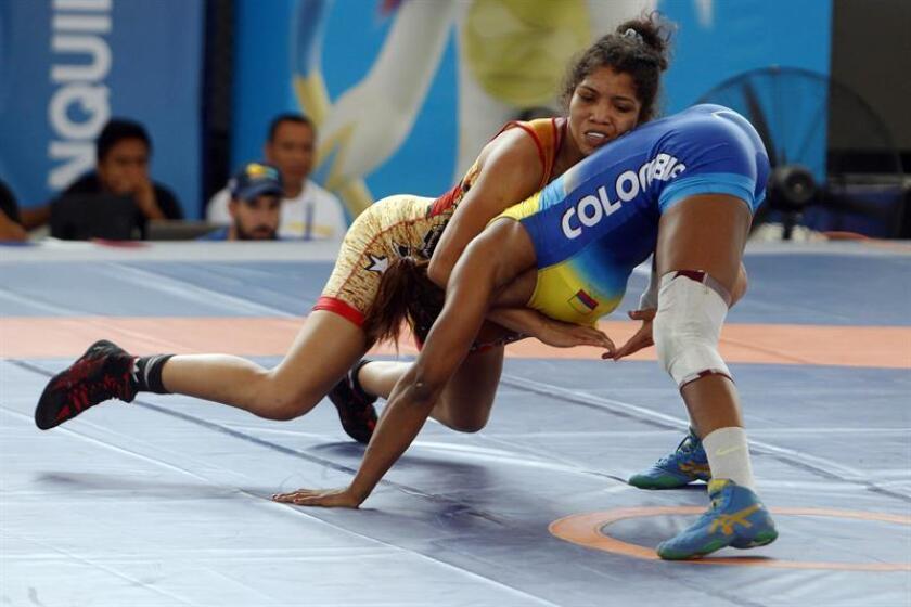 La luchadora colombiana Jackeline Renteria (abajo) combate con la venezolana Nathaly Grimán hoy, miércoels 1 de agosto de 2018, en los XXIII Juegos Centroamericanos y del Caribe 2018 en Barranquilla (Colombia). EFE