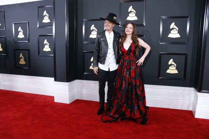 Jesse y Joy durante su paso por la alfombra roja del Grammy; más adelante, ellos mismos recibieron un premio en el rubro de Mejor Álbum Latino de Pop.
