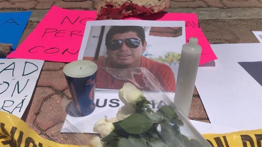 Detalle de una ofrenda de flores y velas junto a una retrato del periodista mexicano José Guadalupe Chan Dzib hoy, sábado 30 de junio de 2018, en Cancún (México). El comunicador fue asesinado a tiros la noche del viernes en la población maya de Felipe Carrillo Puerto (sureste del país), informó hoy la Fiscalía General de Quintana Roo. La Fiscalía informó a través de un comunicado que investiga el homicidio, ocurrido en un bar de la localidad, para establecer la autoría del asesinato. EFE