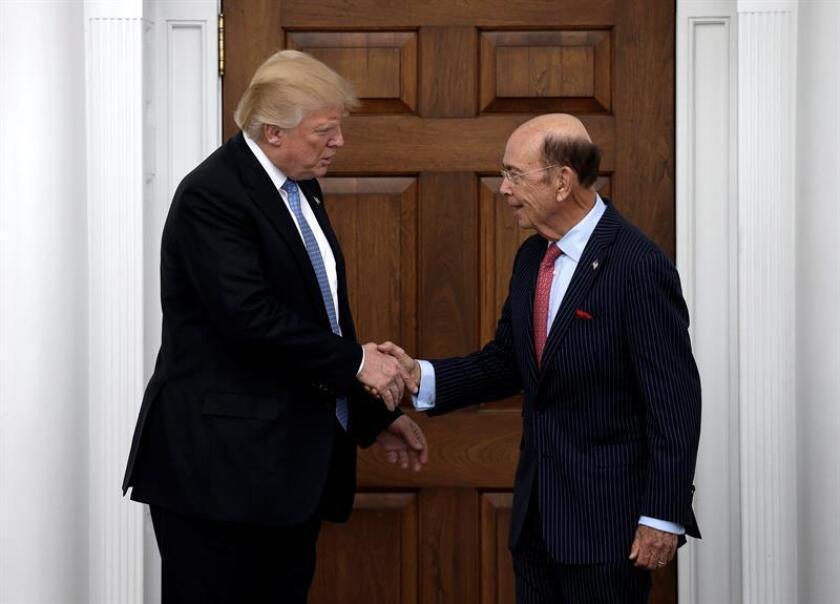 Con el anuncio de los responsables del Tesoro, Steven Mnuchin, y Comercio, Wilbur Ross, el presidente electo, Donald Trump, marcó la agenda económica del nuevo gobierno de EEUU: bajada de impuestos, desregulación financiera y proteccionismo comercial. EFE/ARCHIVO