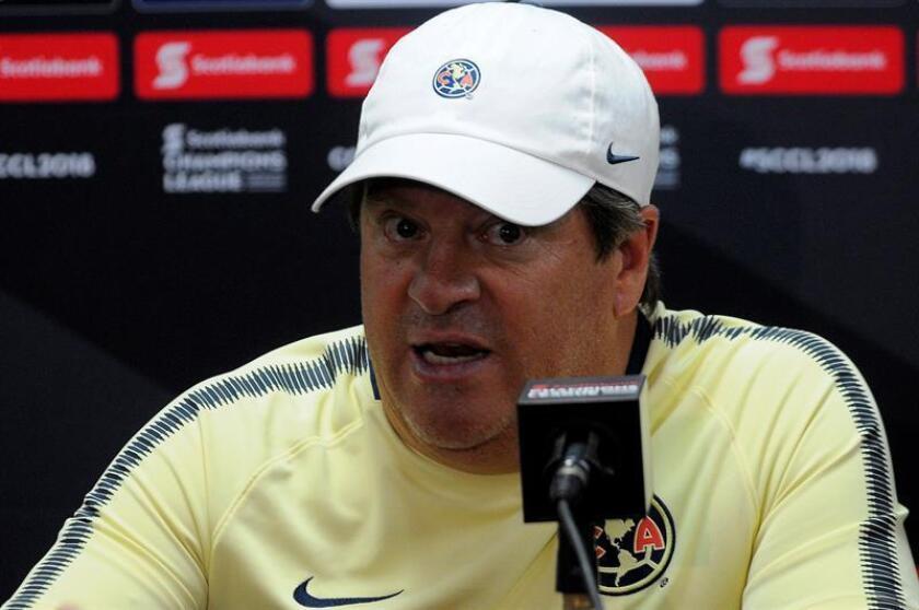 El director técnico del Club América de México, Miguel Herrera, habla durante una rueda de prensa hoy, martes 13 de marzo de 2018, en Ciudad de Panamá, (Panamá), donde el miércoles se medirán ante el Tauro F.C. por un pase a la siguiente fase de la Scotiabank Champions League. EFE