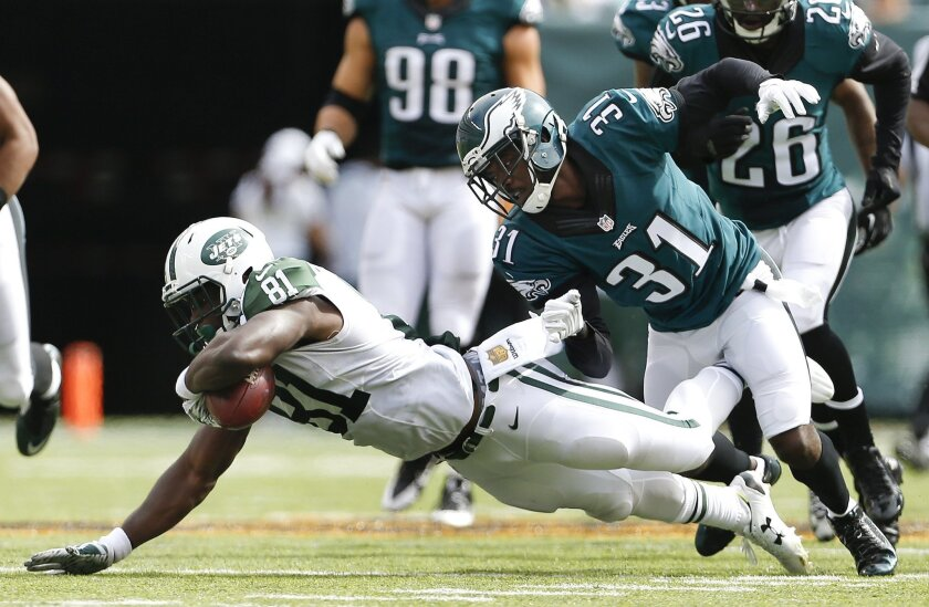"""FILE - In this Sept. 27, 2015, file photo, New York Jets wide receiver Quincy Enunwa (81) makes a catch defended by Philadelphia Eagles cornerback Byron Maxwell (31) during the first half of an NFL football game in East Rutherford, N.J. New York Jets wide receiver Quincy Enunwa wants to be """"a positive influence"""" after rejoining the team this week following a four-game suspension for violating the NFL's domestic violence policy, Thursday, Nov. 19, 2015. (AP Photo/Adam Hunger, File)"""