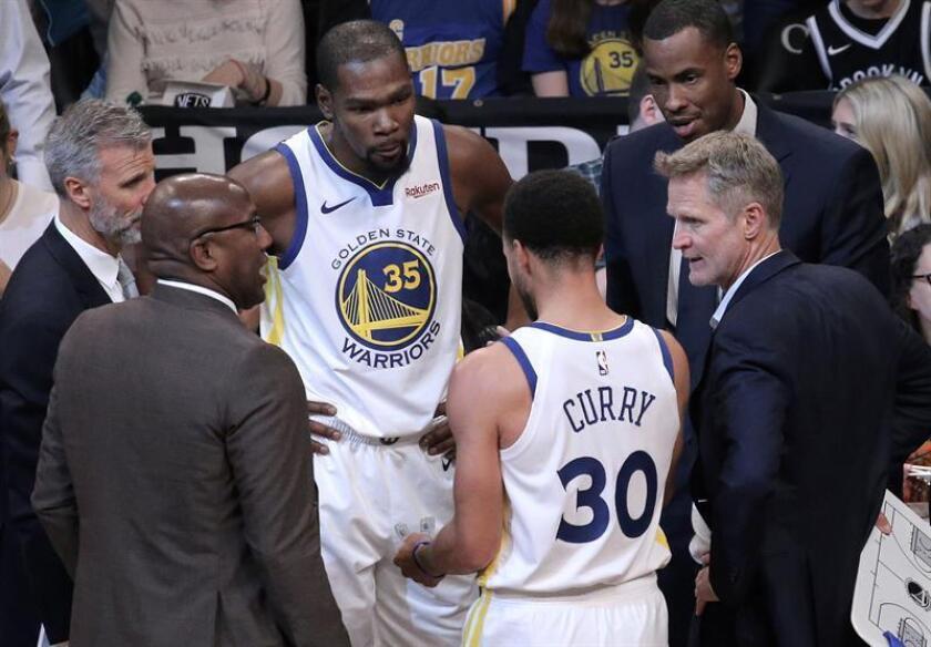El base Stephen Curry aportó 37 puntos y entregó nueve asistencias para los Warriors de Golden State. EFE