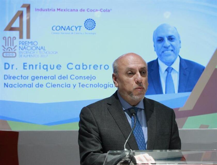 El director general del Consejo Nacional de Ciencia y Tecnología (Conacyt), Enrique Cabrero, pidió hoy que estos sectores no se rijan por planes sexenales que cambien con cada gobierno, sino por estrategias a largo plazo para impulsar la economía mexicana a través de la innovación. EFE/ARCHIVO