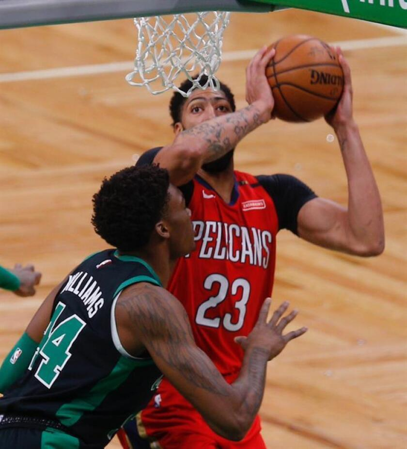En la imagen un registro de Anthony Davis (d), pívot de los Pelicans de New Orleans, quien aportó un doble-doble de 38 puntos y 13 rebotes en el triunfo de su equipo 140-124 sobre los Cavaliers de Cleveland. EFE/Archivo