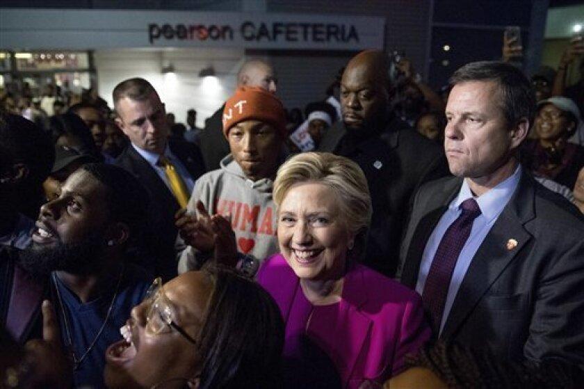 Uno de los 12 compromisarios demócratas que el estado de Washington enviará al Colegio Electoral -el órgano encargado de elegir al presidente en EE.UU.- si Hillary Clinton gana ahí los comicios, advirtió este viernes que no votará por ella aunque de él dependa que llegue a la Casa Blanca.