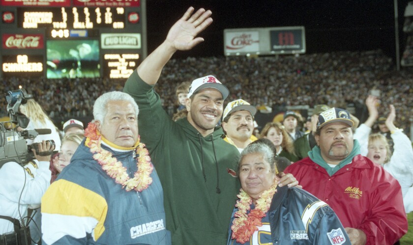 Junior Seau, flanked by his parents, greeted the 68,000 impassioned fans at San Diego Jack Murphy Stadium on Jan. 15, 1995.