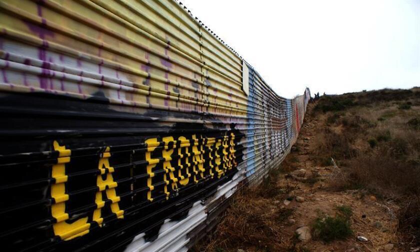 La propuesta presupuestaria del presidente, Donald Trump, para el año fiscal 2019 presentada hoy incluye una petición de 1.600 millones de dólares para cercar unos 104 kilómetros (65 millas) de los 3.180 kilómetros de la frontera con México, solicitud similar a la que hizo el año pasado. EFE/Archivo