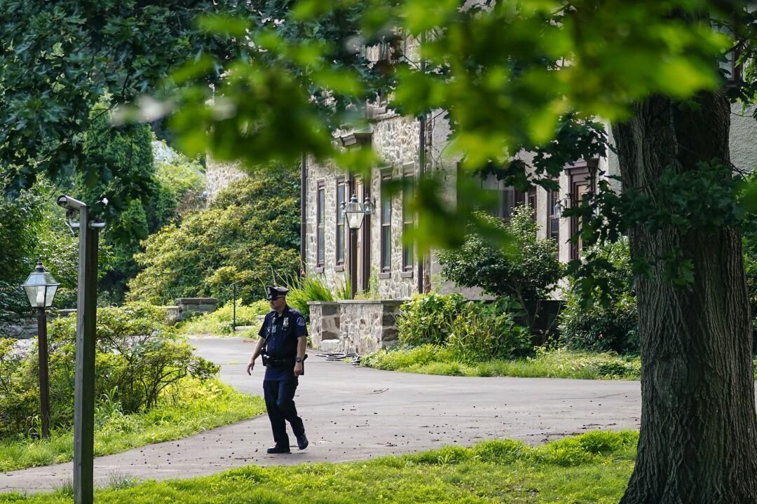 یک افسر پلیس در خانه بیل کوزبی در الکینز پارک ، پنسیلوانیا گشت زنی می کند.