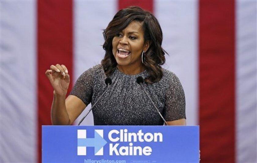 La primera dama Michelle Obama habla en un acto de campaña a favor de la candidata presidencial demócrata Hillary Clinton, el jueves 20 de octubre de 2016, en Phoenix.