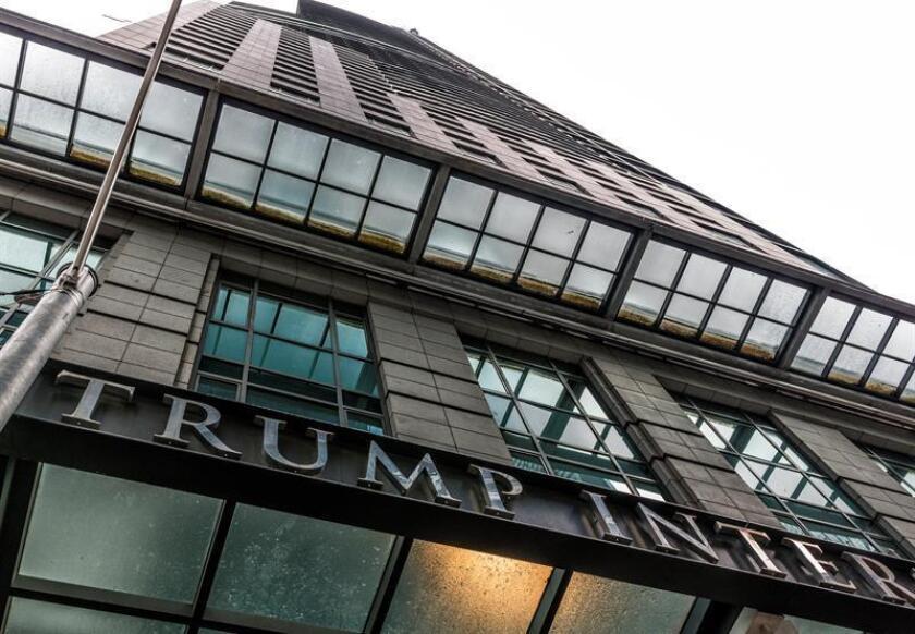 """Un """"Donald Trump"""" sentado tras los barrotes de una pequeña celda, luciendo gorra y corbata roja y esposas doradas es el protagonista de una protesta escenificada por un colectivo de artistas en una habitación de la lujosa cadena de hoteles Trump en Nueva York, informaron hoy medios locales. EFE/EPA/ARCHIVO"""
